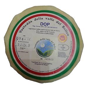 """Vastedda della Valle del Belìce DOP. Unico formaggio Siciliano ovino a pasta filata, la Vastedda del Belìce è inconfondibile; per la sua forma a focaccia e per il suo gusto particolare, tipico dei formaggi freschi di pecora. La sua attenta lavorazione lo rende leggero e digeribile; diminuendo la massa grassa presente e mantenendo invariati i livelli di proteine, vitamine e sali minerali. La Vastedda è ancora oggi prodotta nel rispetto della tradizione artigianale; secondo il disciplinare di produzione del consorzio di tutela """"Vastedda della Valle del Belìce""""."""