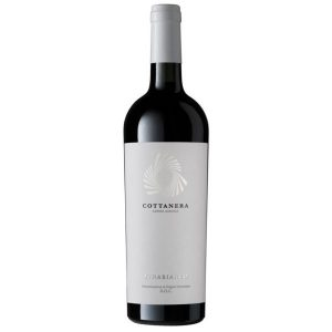 """Etna Bianco Cottanera DOC. L'Etna Bianco è un grande vino frutto di una selezionata scelta di uve di carricante. Gli aromi sono variegati e spaziano dagli agrumi freschi (soprattutto il pompelmo) a note leggermente vegetali e; soprattutto con l'invecchiamento, acquisiscono caratteri tipici di idrocarburi. L'evoluzione riduttiva si manifesta con note minerali del tipo """"pietra focaia"""" che svaniscono nel bicchiere lasciando spazio all'originalità. All'assaggio ha grande corpo ben sorretto dall'acidità che conferisce alla degustazione una rara freschezza e lunghezza."""