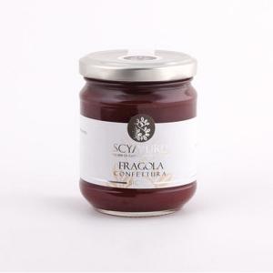 Confettura di Fragola Senza Zucchero Scyavuru. Marmellate e confetture solo con zuccheri della frutta. Nel ricettario del romano Apicio si tramanda l'usanza di bollire la frutta insieme al miele per preparare le conserve. Ancora oggi, con lo stesso procedimento; sostituendo lo zucchero al miele, Scyavuru crea le confetture usando i migliori frutti autoctoni che la terra ci offre. Prodotte secondo la tradizione di famiglia con oltre il 65% di frutta; le marmellate Scyavuru sono un dolce connubio fra la bontà degli agrumi riberesi e l'arte del mangiar bene. Presentano un colore brillante e un gusto elegante ed esclusivo come quello della frutta utilizzata.