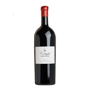 """Cartagho Magnum Mandrarossa. Il nostro vino più importante è un Nero d'Avola in purezza, morbido, equilibrato e dal carattere deciso; un classico Mandrarossa, spiccatamente siciliano; dai profumi inconfondibili e dalla incredibile morbidezza. """"Le uve dei tre migliori vigneti di Nero d'Avola sono raccolte a mano durante la vendemmia notturna; per preservarne aromi, morbidezza e mineralità""""."""